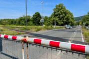 Hoher Schaden: Schranke an Bahnübergang schließt, Autofahrerin will noch durch