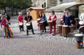 Bunte Kleidung und fröhliche Musik bei Aktion zur interkulturellen Woche