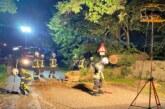 Feuerwehreinsatz in Exten: Baum stürzt auf Straße