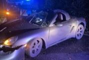 Extertal: Porsche prallt gegen Baum, Fahrer aus Hamburg schwer verletzt