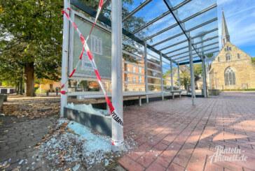 Vandalismus am Kollegienplatz Rinteln: Glasscheibe von Buswartehäuschen zerstört